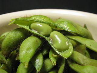 まだ緑色の若い黒枝豆